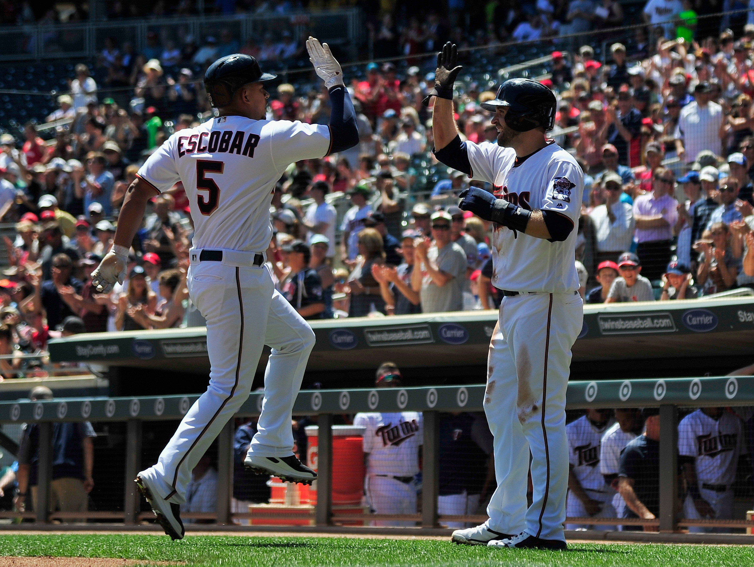 Santana leads to Twins to sweep, first place in AL Central